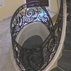balustrady-schodowa-wewnetrzna-metalowa-kuta-na-wandze-b141o