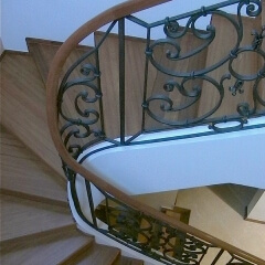 balustrady-schodowe-z-drewniana-porecza-b119a