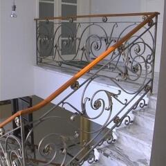 balustrady-wewnetrzne-kute-z-drewniana-porecza-b122a