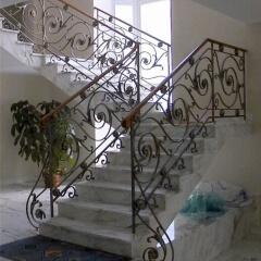 balustrady-wewnetrzne-kute-z-drewniana-porecza-b122a2