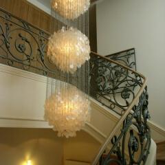 balustrady schodowe z drewniana poręczą kuta