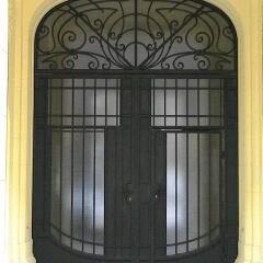 brama wejściowa do kamienicy Warszawa